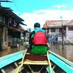 Tim Relawan DMC Tengah Menyusuri Perkampungan Warga yang terendam banjir, Ahad (3/4).