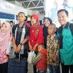 Rizky Ramadhan bersama keluarganya dan Tim Pendidikan DD Sumsel