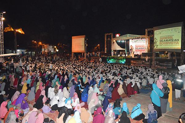 Suasana aksi solidaritas untuk Rohingya, dengan tema Malam Amal dan Tabligh Akbar