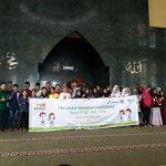 Foto bersama anak-anak penerima manfaat beasiswa dana PSM di Masjid Ar-Ra'iyah, Minggu (22/10)