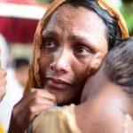 Pengungsi Rohingya menanti bantuan makanan meski basah kehujanan/ Aljazeera