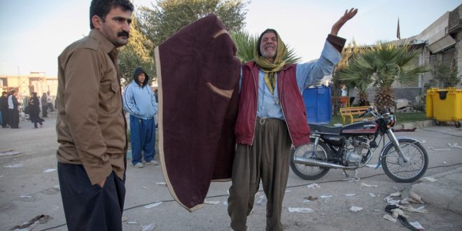 Warga Kermanshah, Iran, menangisi kondisi setelah gempa/ Reuters