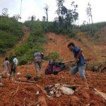 Warga bersama Aparat Polisi dan TNI melakukan pencarian korban tertimbun longsor, di Sungai Are OKU Selatan Jumat (10/11/2017)./sripo.com