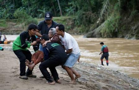 Proses evakuasi oleh DMC Dompet Dhuafa