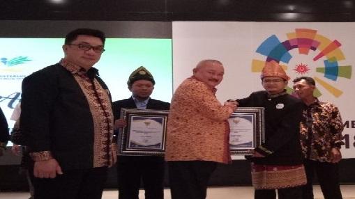 Gubernur Sumsel, Alex Noerdin memberikan piagam penghargaan Pamamitra Award pada Dompet Dhuafa Sumsel (9/4)