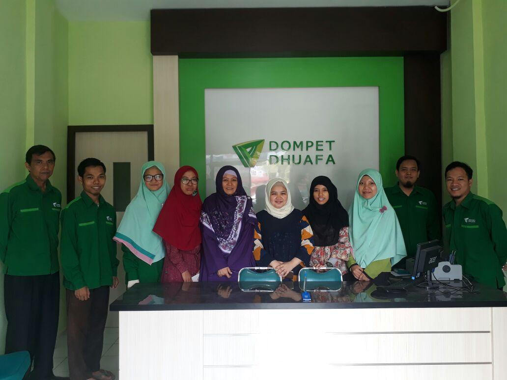 Foto Staff DD Sumsel bersama Auditor Agita Winanda Putri (tengah), (21/4)