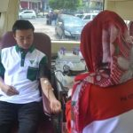 Salah satu staff DD Sumsel sedang mendonorkan darahnya, Minggu (28/4)
