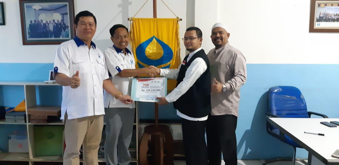 Penyerahan dana secara simbolik oleh Alpis Pardin selaku Ketua HISWANA MIGAS Palembang kepada Kusworo Nursidik, selaku Pimpinan Cabang DD Sumsel
