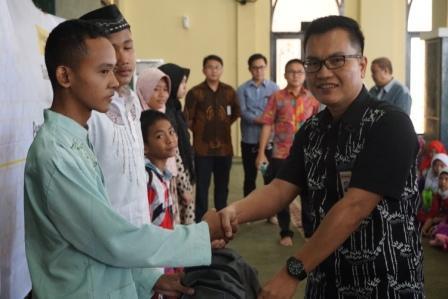 penyerahan paket sekolah ceria oleh perwakilan May Bank Syariah di Masjid Ar-ro'iyah, Rabu (6/6)